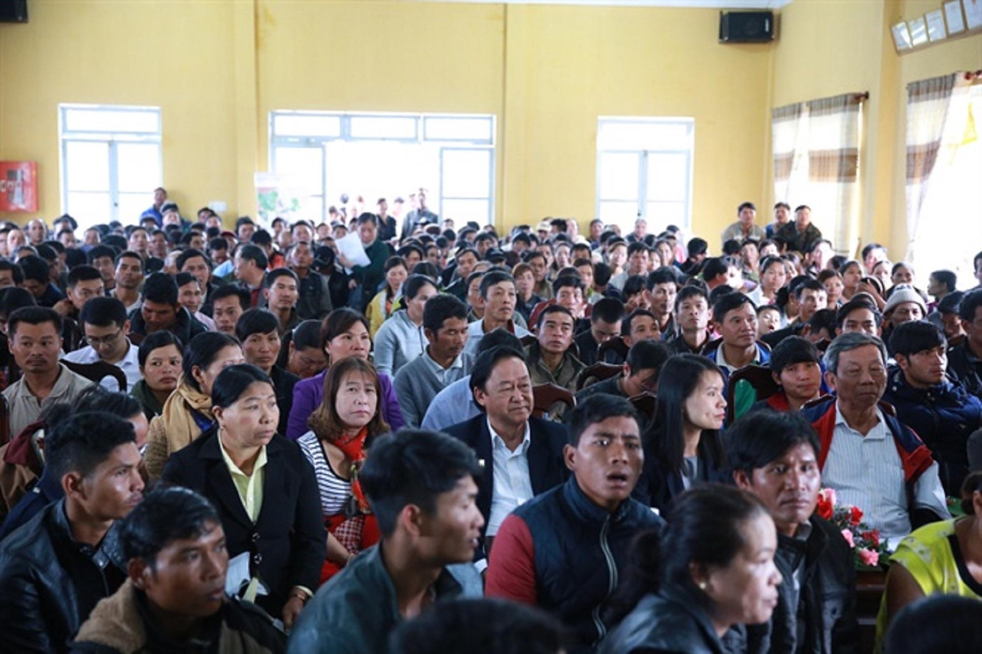 Hội trường không còn một chỗ trống, người dân ngồi vào cả khu vực sân khấu lắng nghe và đặt nhiều câu hỏi về trồng mắc ca