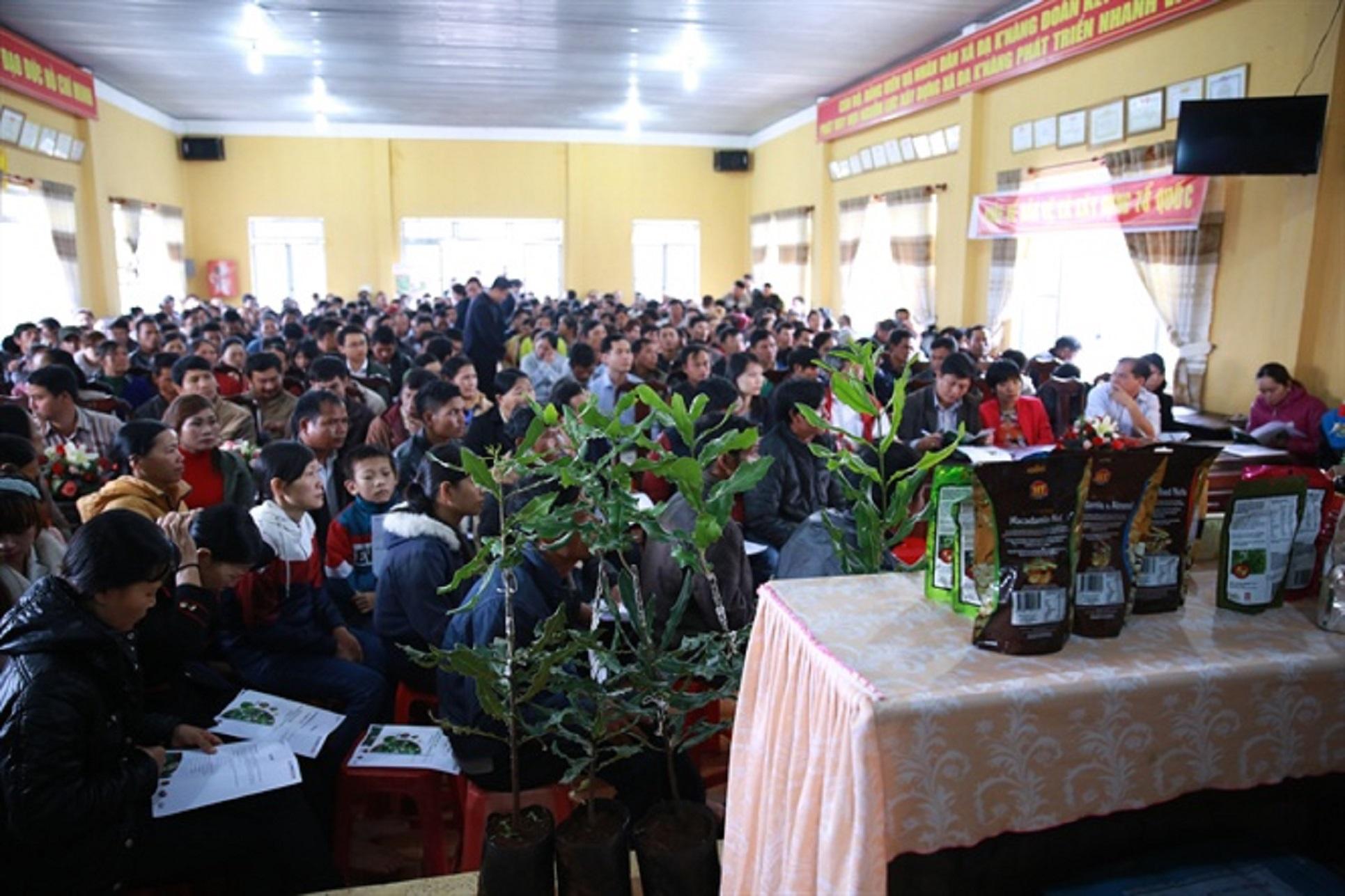 Rất đông người dân tới tham dự hội nghị